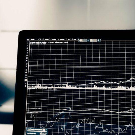 株価のローソク足やテクニカル指標が表示されたパソコン